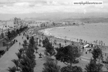 1954. Vista de la playa y c/Sagasta-colecc. Fernando Hernández Gil