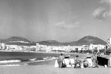 Una tarde de 1960 en la playa-colecc. Fernando Hernández Gil