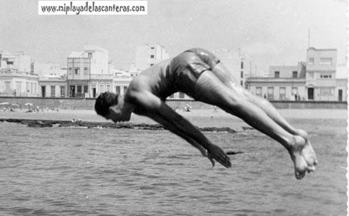 Vicente García saltando del trampolín de la Peña en 1954