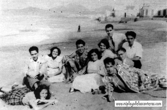 Vicente García, Pepa García, Wiso, Mariluz, Emeterio, Héctor López, Maria, Lorenzo Caballero posando en 1952