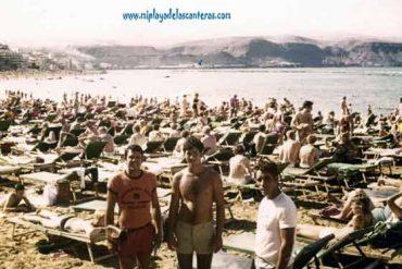 La playa llena de hamacas
