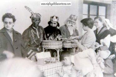 1952- 1ª Cabalgata de Reyes- Los Reyes repartiendo regalos en el asilo San José