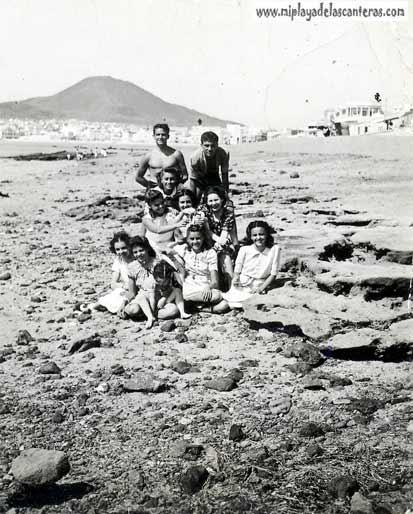Los Pírez sobre las rocas de la orilla, decada de los 30,-colecc Irma Pírez