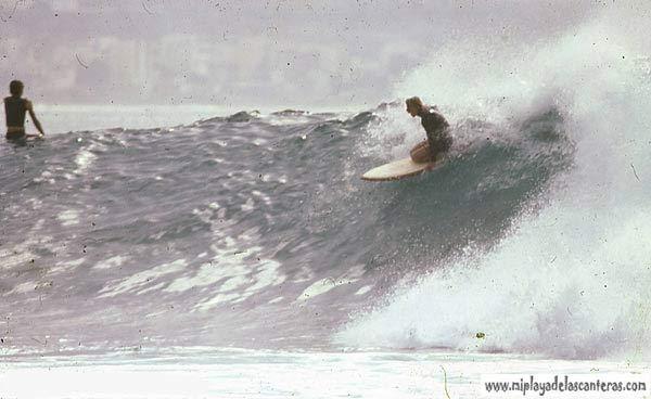 El «Bisnieto» bajando una ola en el Confital, años 80