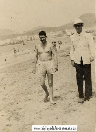 El cabo Medina y un amigo de paseo por la playa-colecc. Domingo Medina