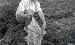 Gonzalo Melián de pesca en la barra, 1947.