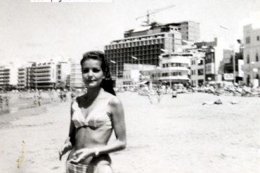 Fonsi en la orilla de la playa con el Melia Cristina en construcción