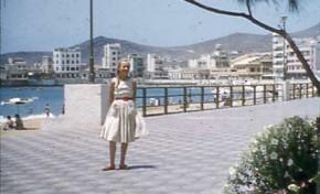 Isabelona Melián en el paseo de Las Canteras, agosto de 1956