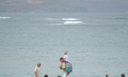 Que bonita se ve la playa desde los hombros de Papa