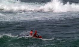 La Cruz Roja navegando entre olas
