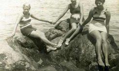 Rosa miranda y las hermanas Noly y Rosa Parellada sentadas en la Peña del Camello-Agosto del 1932