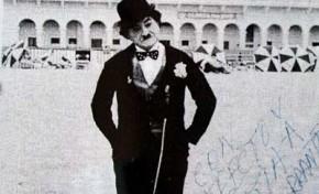 Santiago García, el recordado Charlot, en la playa Las Canteras
