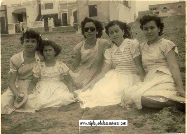 Fema, Olga, Lucy. Nati y Julita sentadas frente a lo que hoy en día es Los Girasoles, frente a la Peña la Vieja-sobre 1955- colecc. Elena Santana Auyanet