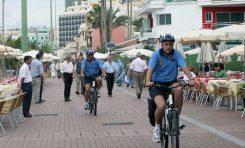 Llega la poli en bici a Las Canteras