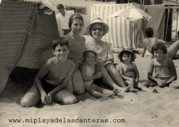 Los hermanos Caballero con su tia Linda y su abuela Antonia Pérez Martin-colecc. Familia López Caballero