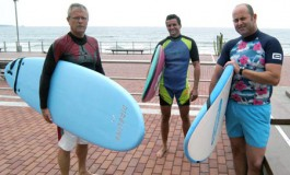 """Agustín, Julio y el """"seño"""" Miguel de cursillo de surf para puretas, seguiremos ofreciéndolos todo el verano. Anímate ¡¡"""