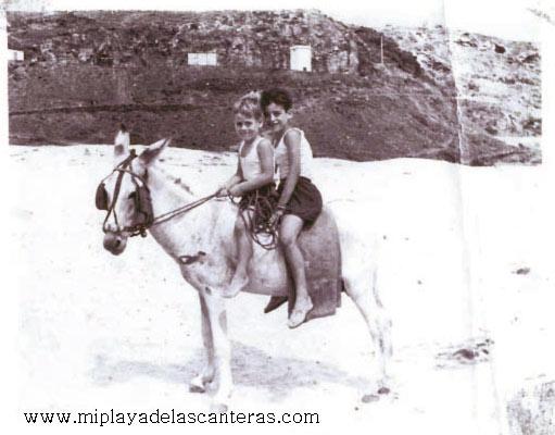 Roque y Nene montados en un burro en El Confital-1960-colecc. Roque Díaz Fuentes