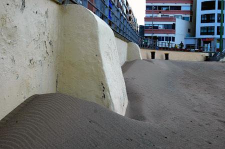"""Dunas en la Playa Chica. Si no hubiese habido ni muro ni edificios la arena hubiera caminado hacia el interior formando los arenales, esta arena que no camina en la que hace que la playa este """"tupida"""" de arena."""
