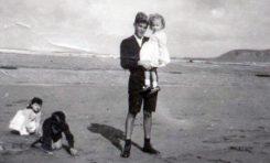 Jimmy Correa Beningfield, invierno de 1947, con su hermana Margarita en brazos, y María Nieves y Bruno Naranjo Sintes jugando en la arena en la Playa Chica-colecc. Correa Beningfield