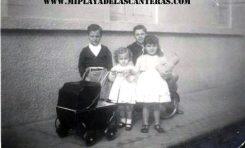 Atrás: Bruno y Tommy Naranjo Sintes. Delante: Margarita Correa, con mi coche de muñecas,  y María Nieves Naranjo Sintes, con mi osito. En la calle Dr Grau Bassas-1947-colecc. Correa Beningfield