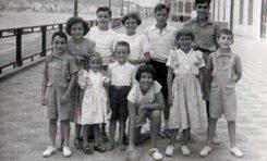 Entre otro-as están Teri Fuentes Naranjo, María Mercedes, Pedro, Mapi y Antonio Manuel Marrero Henning, Pepito Quevedo. Margarita Correa y los hermanos Cambreleng-Paseo a la altura del Muro Marrero-1950-colecc. Correa Beningfield
