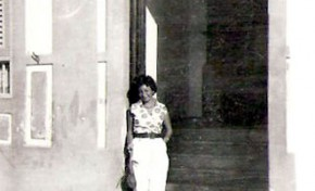 Tányeles Cullen en la puerta del antiguo Viera femenino