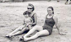 De izquierda a derecha: Lidia Muñoz, con una sobrina en brazos, y Margarita Correa Beningfield, 1964, en la Playa Chica.