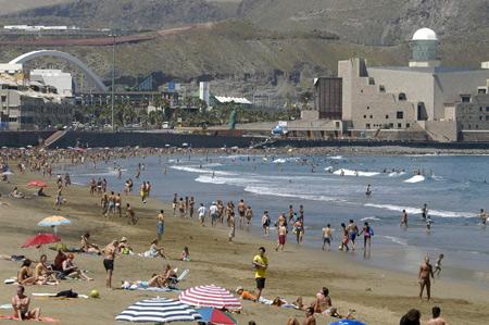 Una huelga de -seños- y el calor hacen que la playa, este viernes, este animadísima.