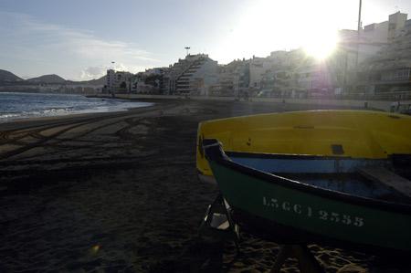 El sol comienza a iluminar la mañana de una solitaria playa.