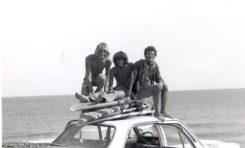 Antig, Oscar y - El Chino- subidos en su viejo vauxal-finales de los 70- colecc. Anting.
