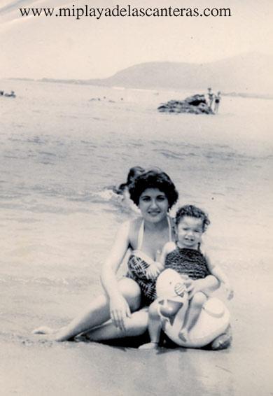 Marisol Moreno con su hija Marisol en la orilla de la playa, sobre 1957