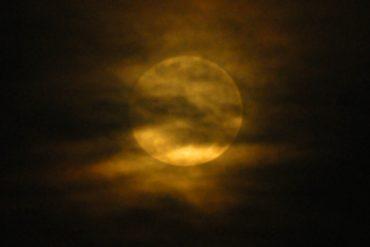 Una lobezna luna llena se dejo ver muy temprano este sábado.