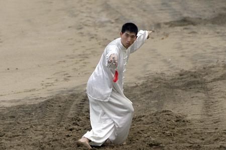 El maestro Ye Ying practica con la espada movimientos ancestrales.