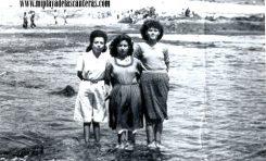 Pilar Negrin, Griselda y una conocida en El Confital, sobre 1950.