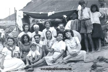 Tenderete en El Confital, sobre 1950. colecc. Familia Carreño.