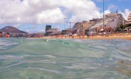 El agua a 21º, con nubes y claros, en el viernes festivo por el Día de Canarias en la playa de Las Canteras.