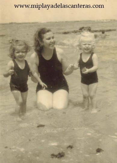 Lucrecia Jorge,  Mª  Carmen Herrera y Conchi Fajardo en la Playa Chica -1949-. Colecc. Familia Herrera.