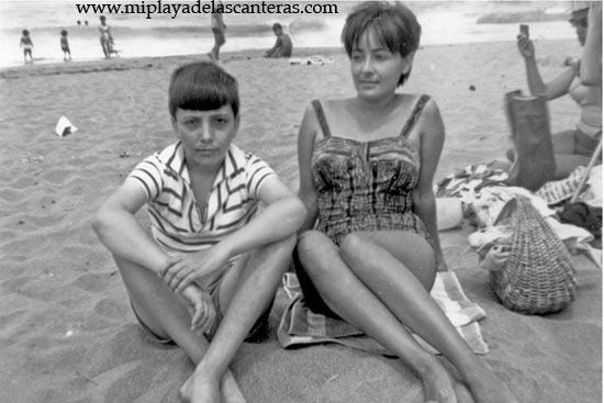 Año 1963. Los hermanos Silvia y Jorge Santaella, delante del balneario de Federico y Mariana, con el fondo del mar- colecc. Familia Santaella.