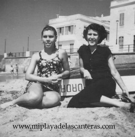 Paqui y Loly Jorge en la Playa Chica-1940-. colecc. Famila Herrera.