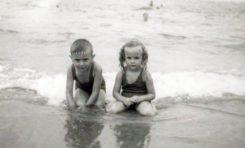 En la orilla de la Playa Chica, 1949, Alfredo Sánchez Naranjo y Margarita Correa.