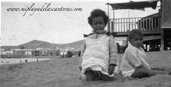 Lolina Navarro Millares frente a la Caseta de Galán- Sobre 1925- colecc. Familia Navarro-Millares.