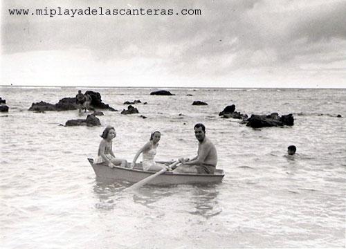 1960: en bote entre las rocas de la Playa Grande