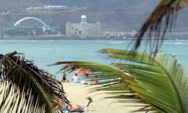 Sale el sol en la playa de Las Canteras.