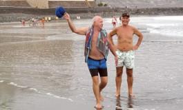 Los señores Esparza y Trapero de trote matutino por la orilla de Las Canteras.