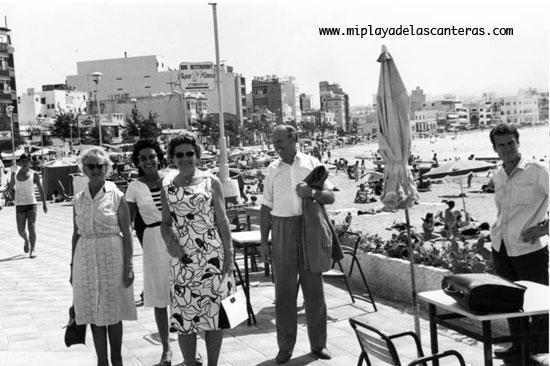 Turistas en Las Canteras, sobre 1970- colecc. Jaime O' Shanahan.