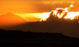 Una ola de nubes se quiere comer el Teide.