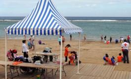Los niños de San Juan de Dios disfrutan de la playa de Las Canteras gracias a la campaña Playa Viva Educa.