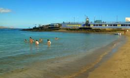 Domingo de juegos en la playa de Las Canteras.