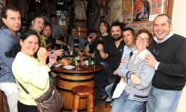 El grupo musical Mojinos Escozios disfruta de Las Canteras, en la foto posan con su fan nª1  Angelito el del Extremeño y asiduos de la bodega.