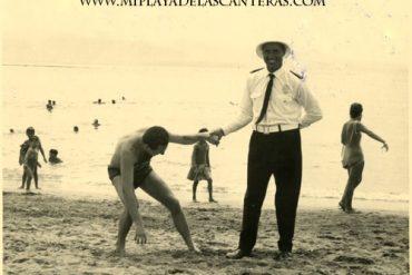 Antonio el guardia jugando con Manolo Salcedo, julio de 1964- colecc. Familia Salcedo.